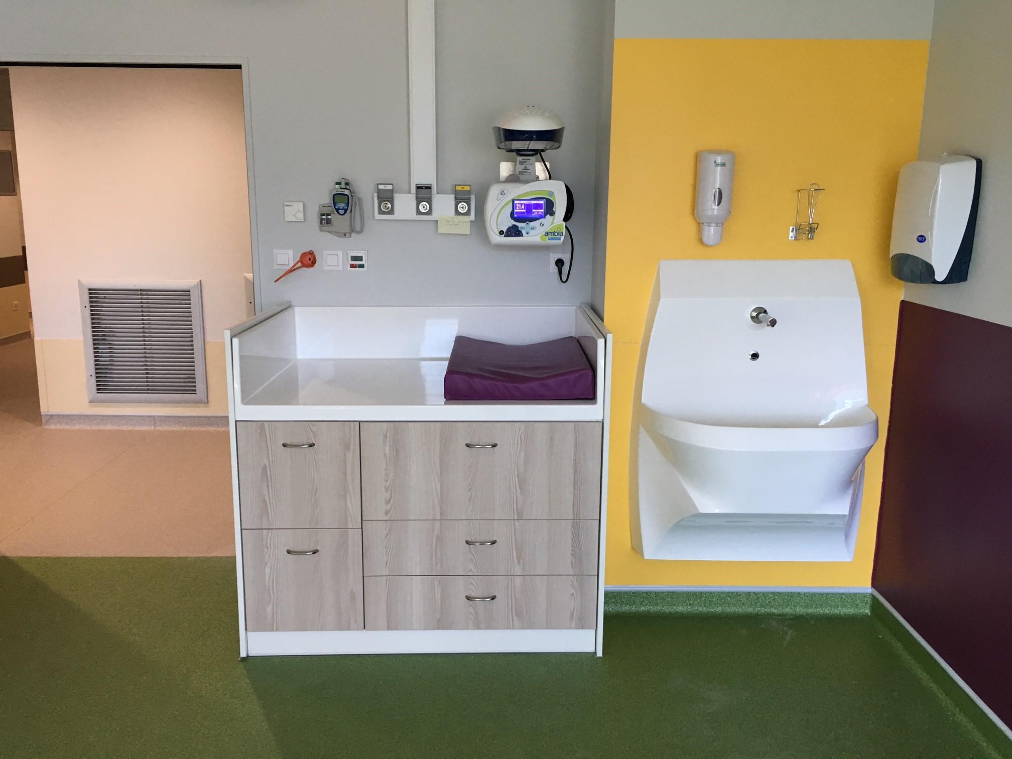 lave mains pour hôpital avec table à langer