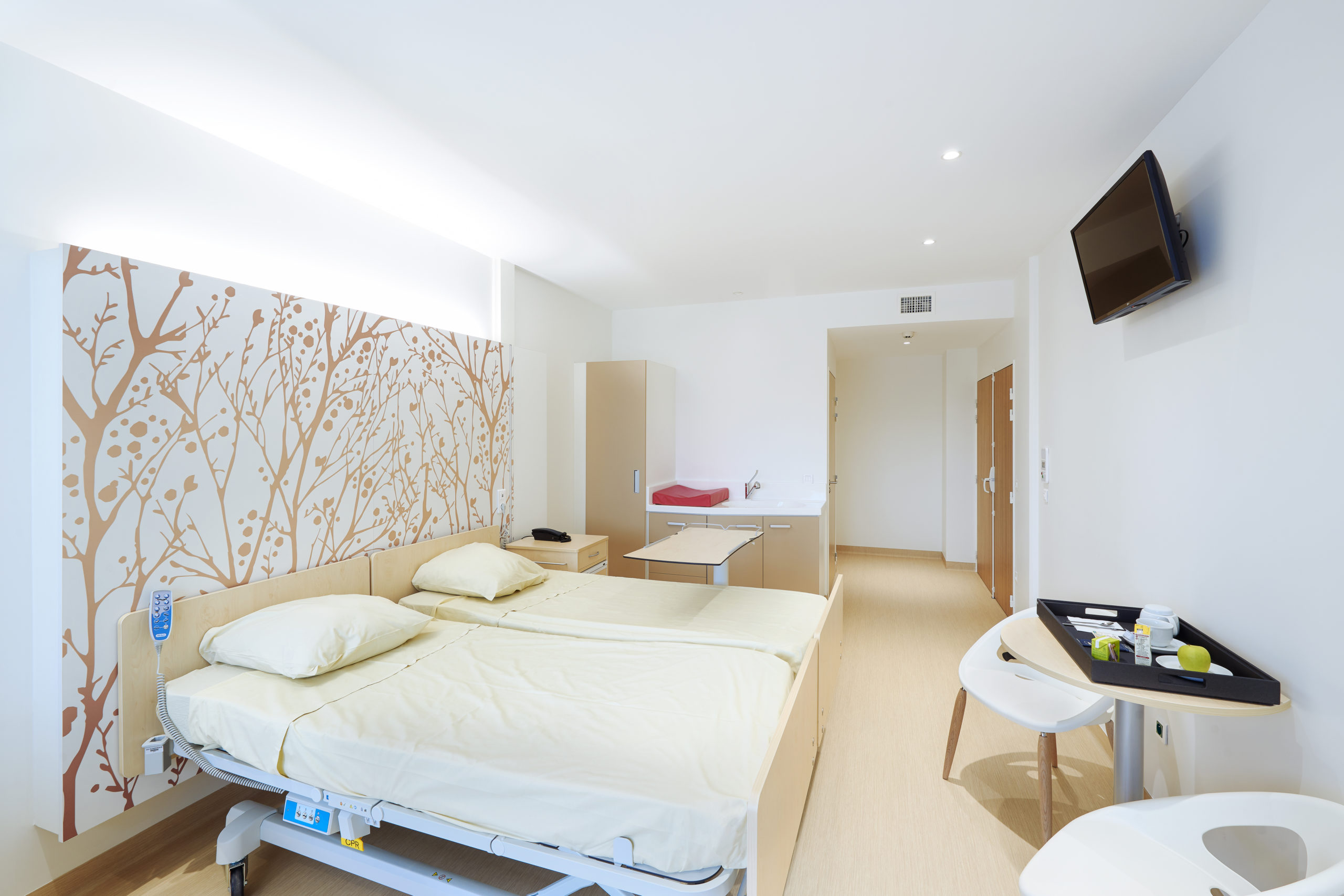 Concept architectural chambre de maternité avec table à langer et armoire