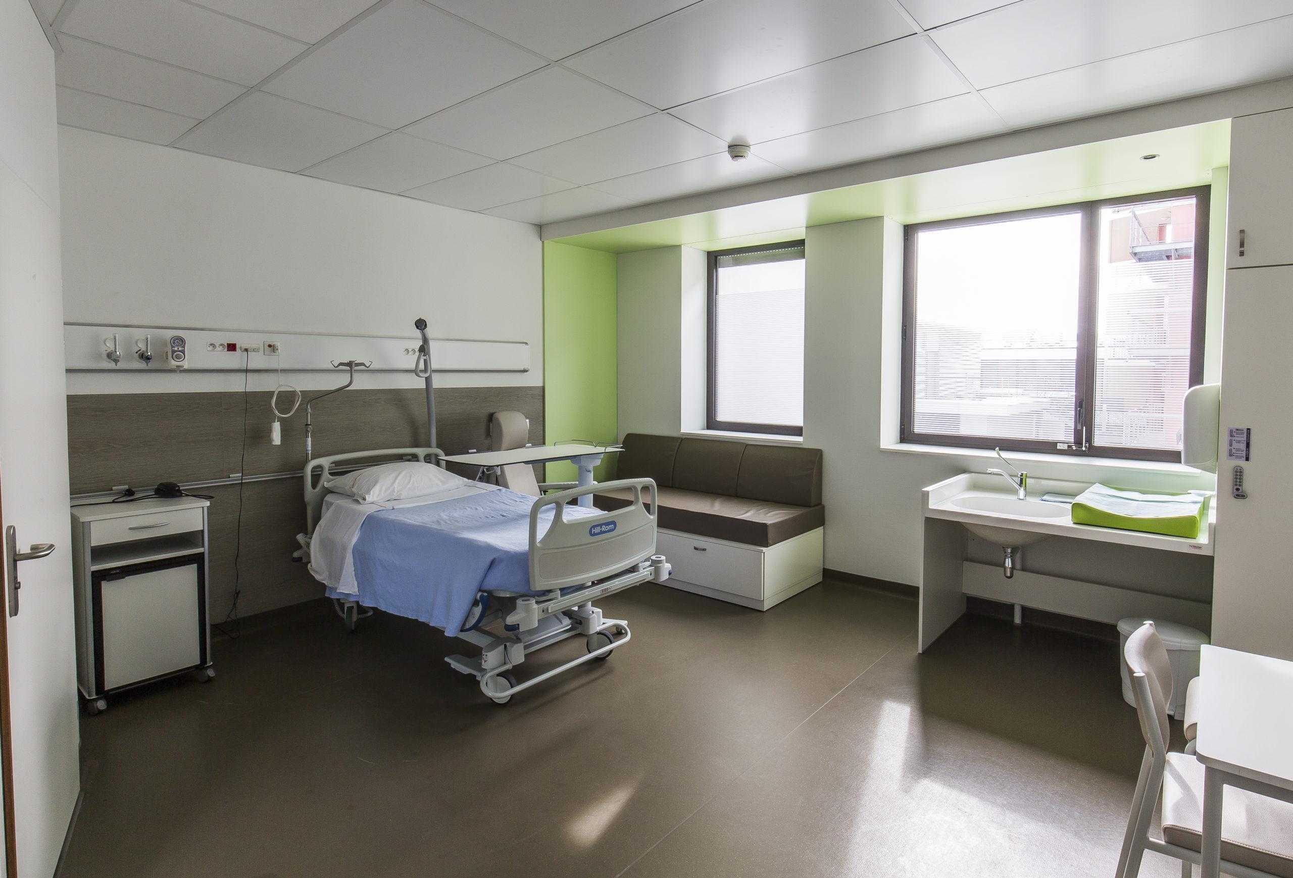 chambre de maternité avec mobilier et table à langer PMR